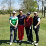 Gruppe Golfer vor dem Abschlag