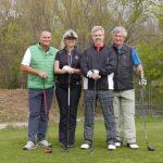 Gruppenfoto 3 Golfer und 1 Golferin vor dem Abschlag