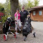 zwei Golfer mit Ausrüstung