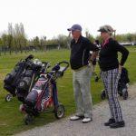 zwei Golfer vor dem Abschlag