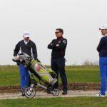drei Golfer mit einem Golfbag