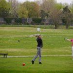 zwei Golferinnen auf der Driving Range üben Abschlag