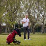 Golfer auf der Runde mi Bag