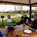 Drei Golfer auf der Club-Terrasse machen Pause