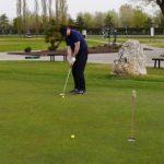 Golfer übt auf dem Übungsplatz putten