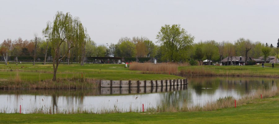 GC Grado mit Teich und Clubhaus im Hintergrund