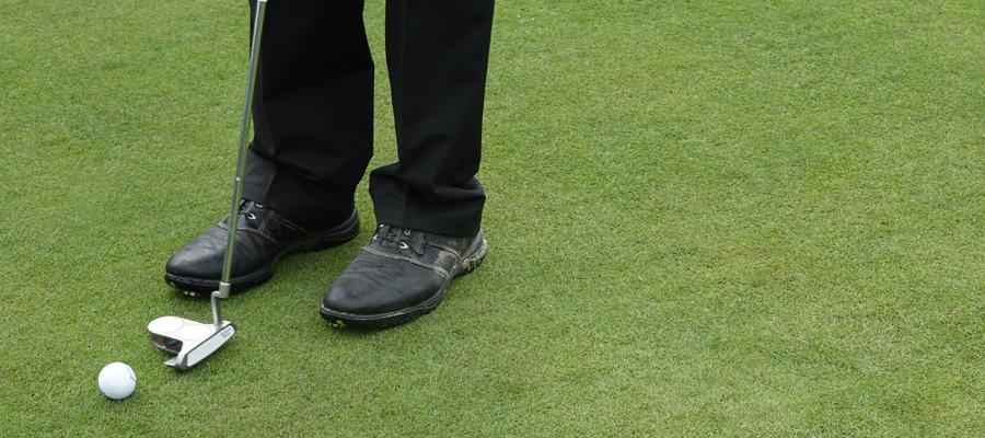 golfer auf dem Green beim Einlochen