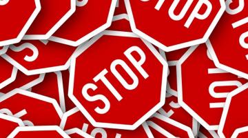 mehrere rote Stopp-Schilder